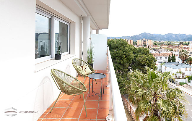 Apartment for sale with terrace sea views in Roses