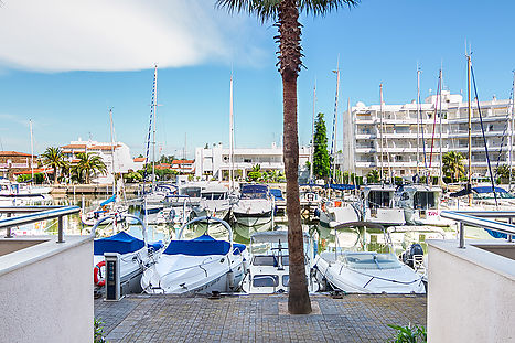 Port Canigo buy apartment overlooking the Roses Marina