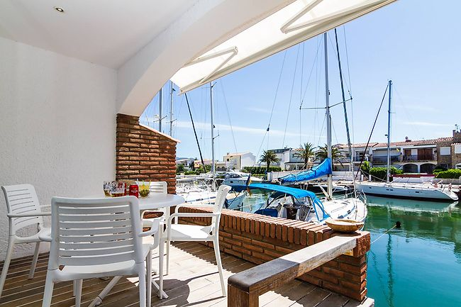 House for sale with south terrace on the canal in Empuriabrava
