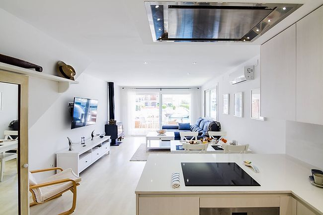 Buy house in Empuriabrava to the canal. Kitchen - dining room